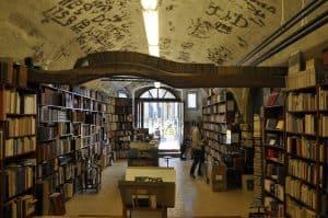 segédkönyvtáros